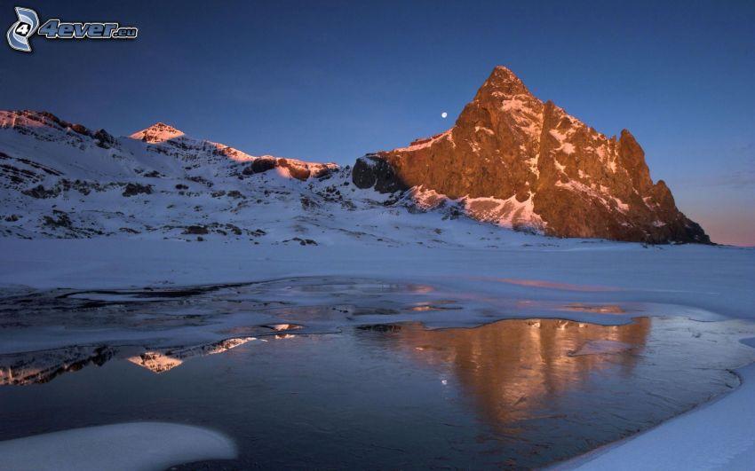 klippigt berg, frusen sjö
