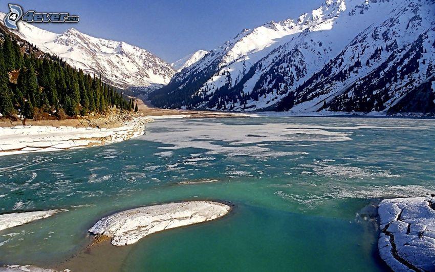 Kolsai Lakes, snöig bergskedja