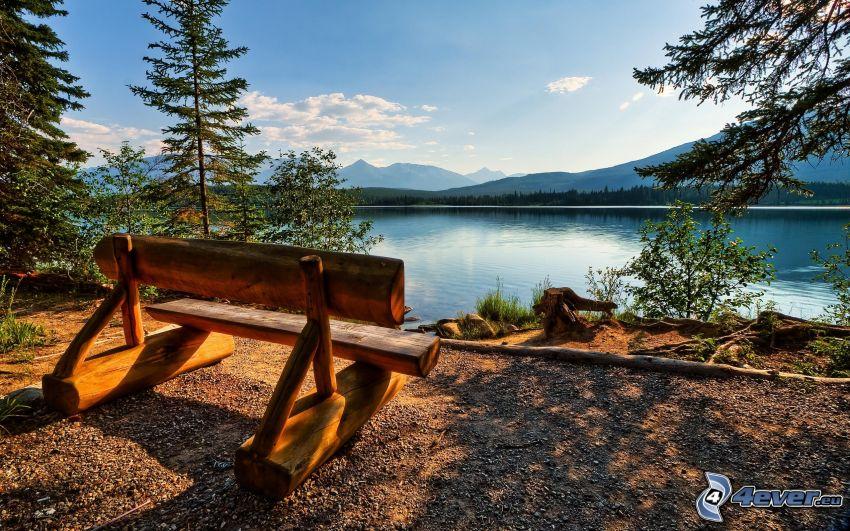 bänk vid sjö, bergskedja