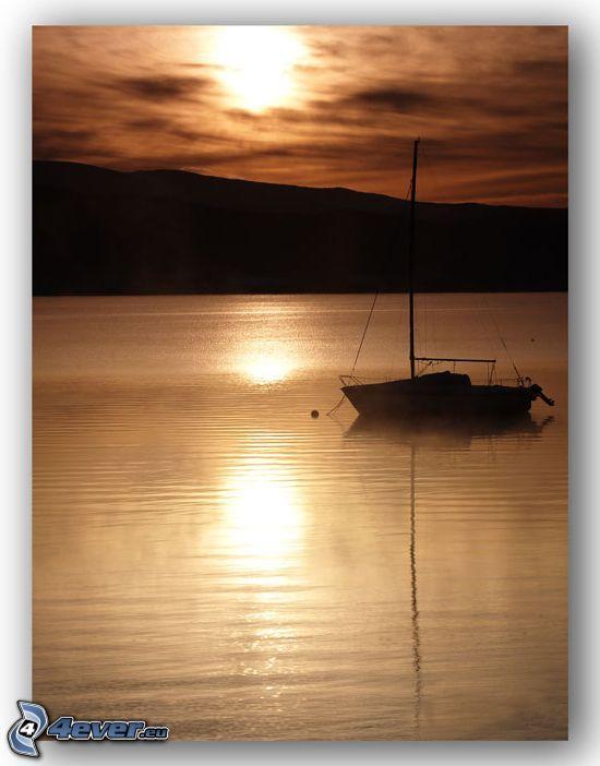 båt på sjö, yacht, solnedgången över sjö