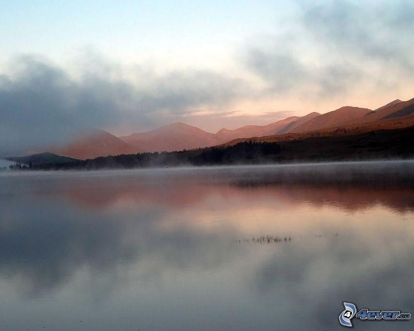 bergskedja, dimma över sjö