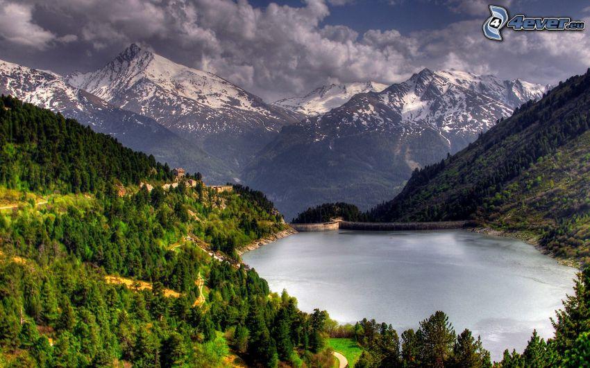 damm, barrskog, snöklädda berg