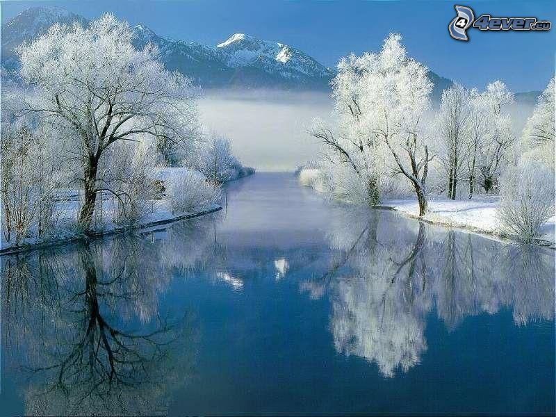flod på vintern, snöklädda träd, berg