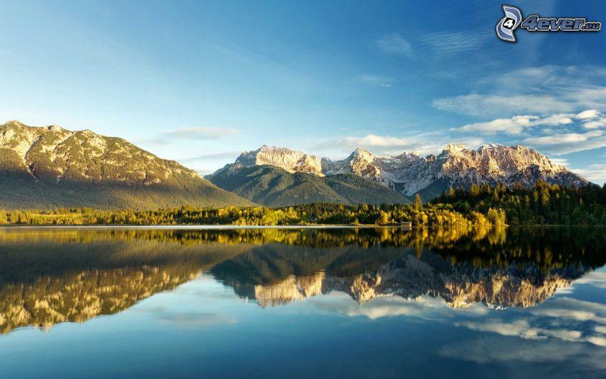 klippiga berg, sjö, spegling, barrskog, lugn vattenyta