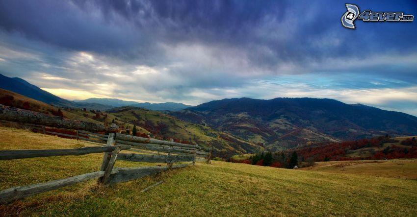 kullar, gammalt trästaket, utsikt över landskap