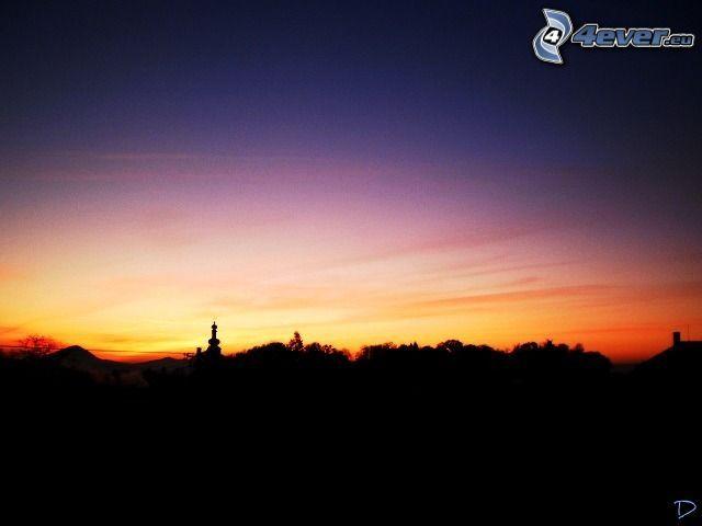 kvällsjus, silhuett av stad, kyrktorn, silhuett av kyrka, by
