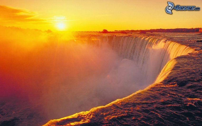 Niagaras vattenfall, soluppgång, ånga