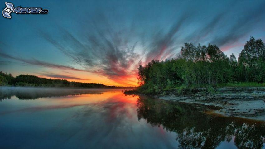 orange solnedgång, skog, flod