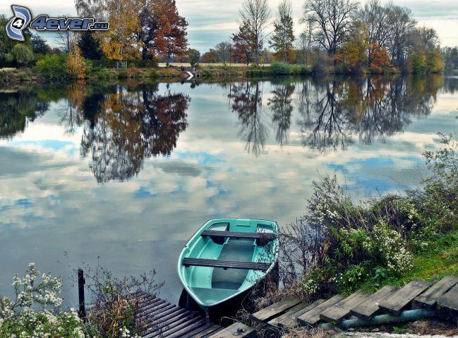 sjö, båt, trappor, färggranna träd, spegling