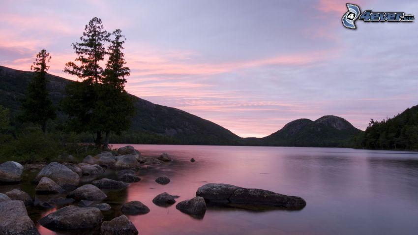 sjö, soluppgång, stenar, barrträd, kullar