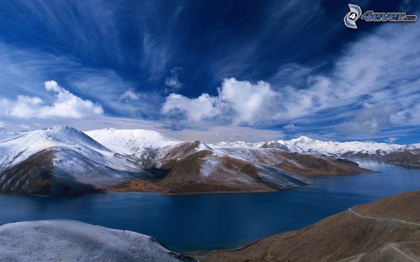 snöig bergskedja, moln, flod