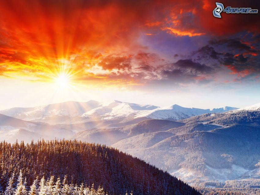 snöigt landskap, snöig bergskedja, sol