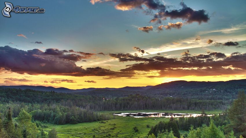 solnedgång bakom bergen, moln, kullar, träd, sjö i skogen