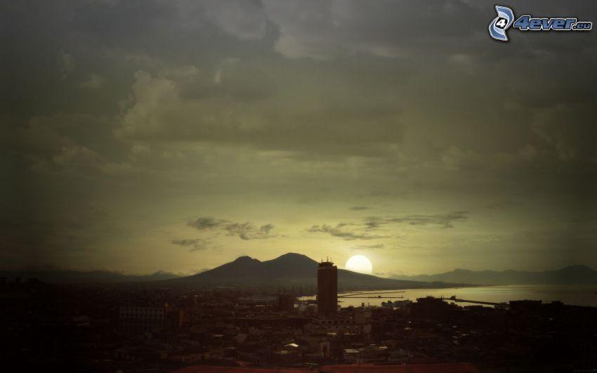 solnedgång över stad