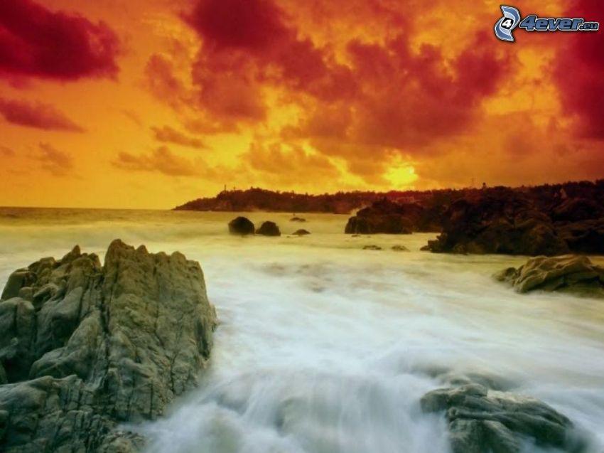 stenig strand, klippor, vågor vid kusten, orange solnedgång, röd himmel, skog