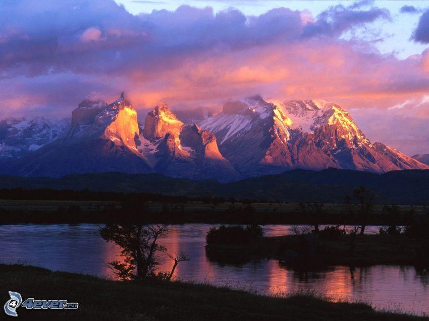 Torres del Paine, kullar, moln, flod