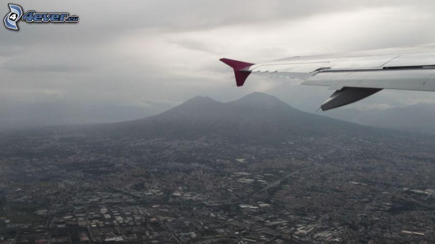 utsikt över landskap, flygplansvingar, dimma