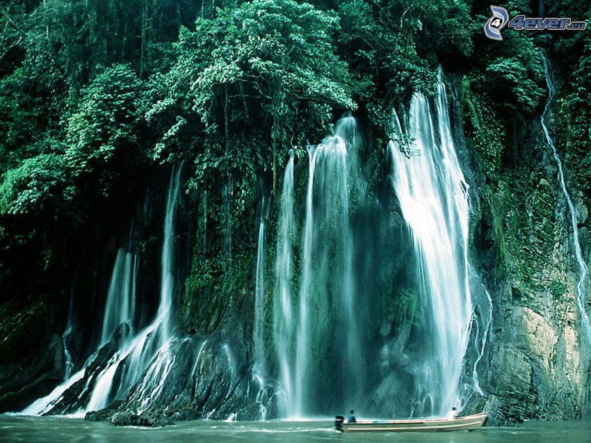 vattenfall i skogen, Urubamba, Peru, båt