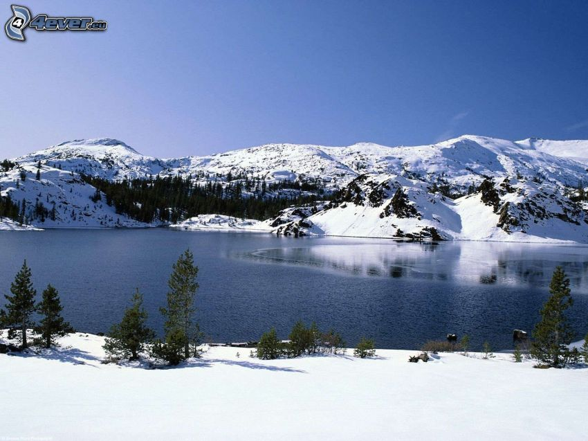 vinterlandskap, snöig bergskedja, sjö