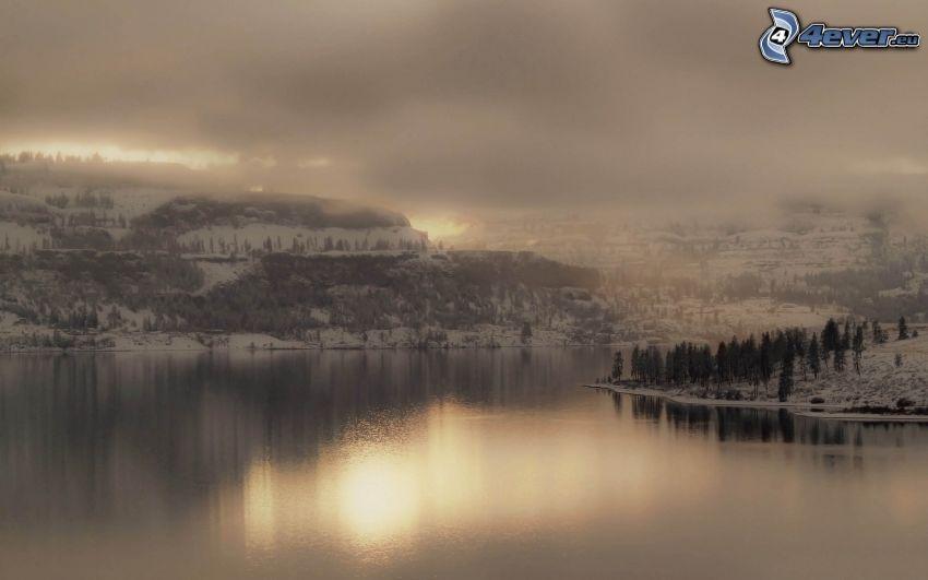 vinterlandskap, snöklädda berg, sjö, moln, dimma