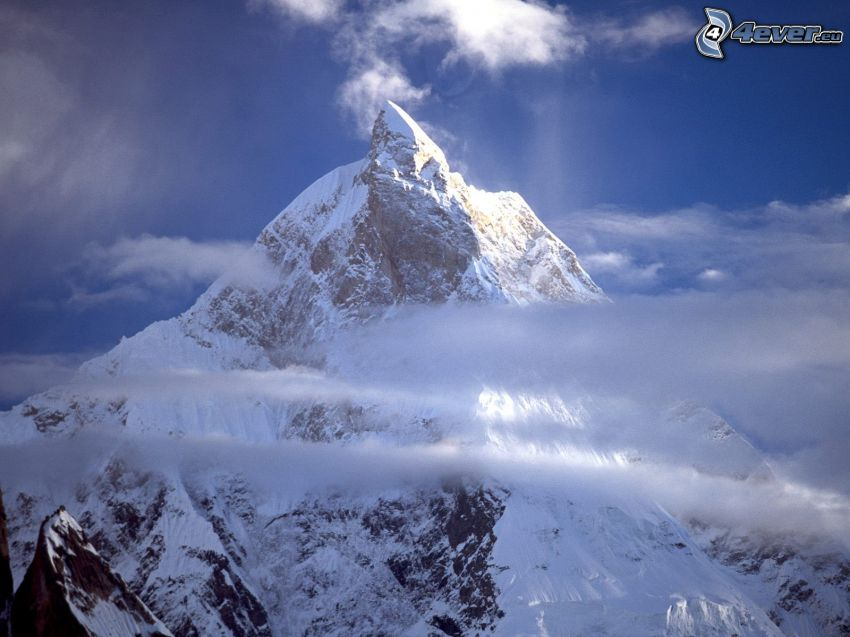 Masherbrum Peak, Baltoro, Pakistan, snöig backe, moln