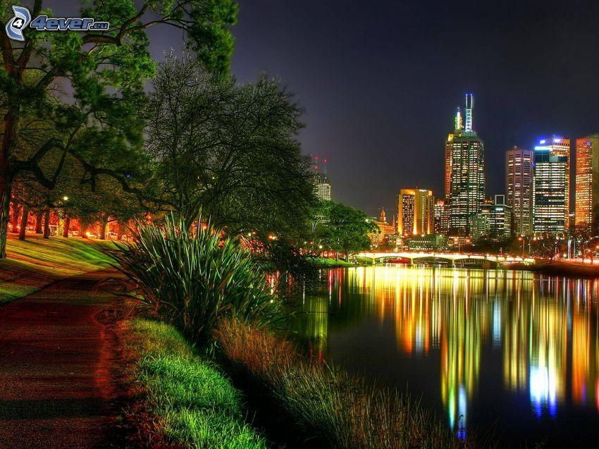 Melbourne, skyskrapor, nattstad, flod, trottoar