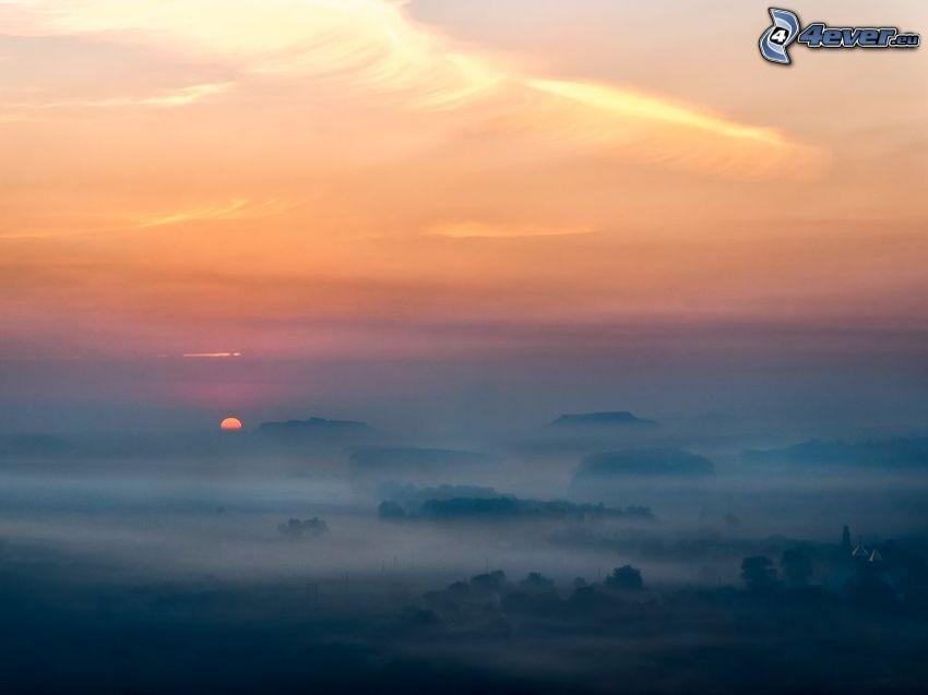 orange solnedgång, markdimma
