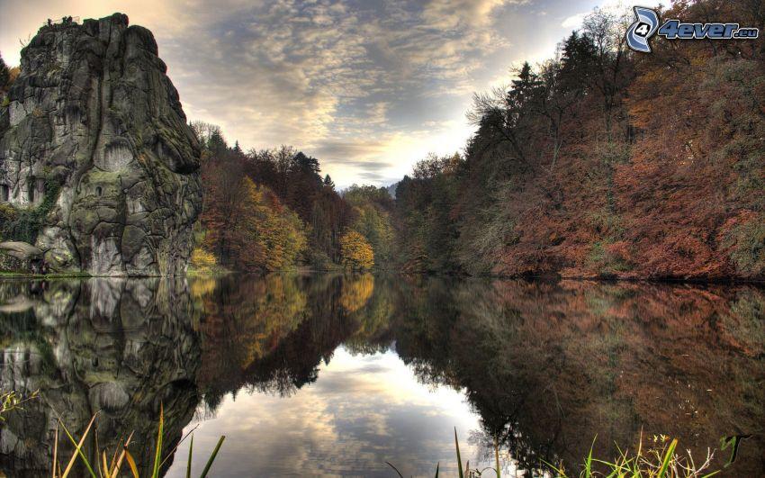 sjö, klippa, färggranna träd, lugn vattenyta