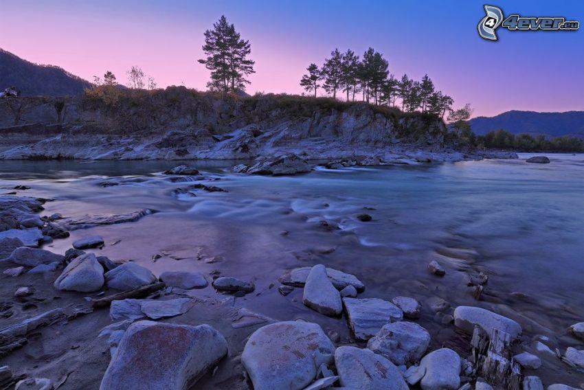 sjö, platta stenar, träd, soluppgång