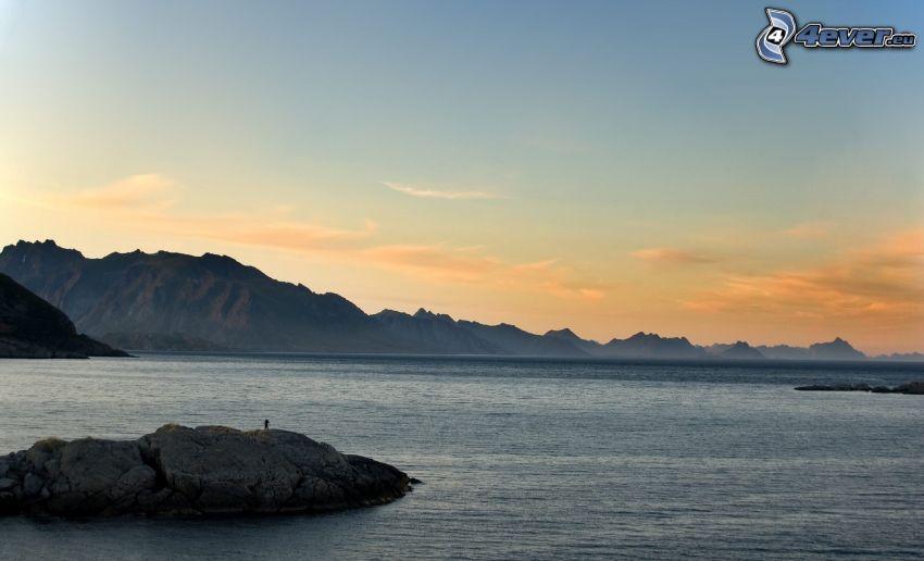 sjö, stenbumling, steniga kullar, kväll