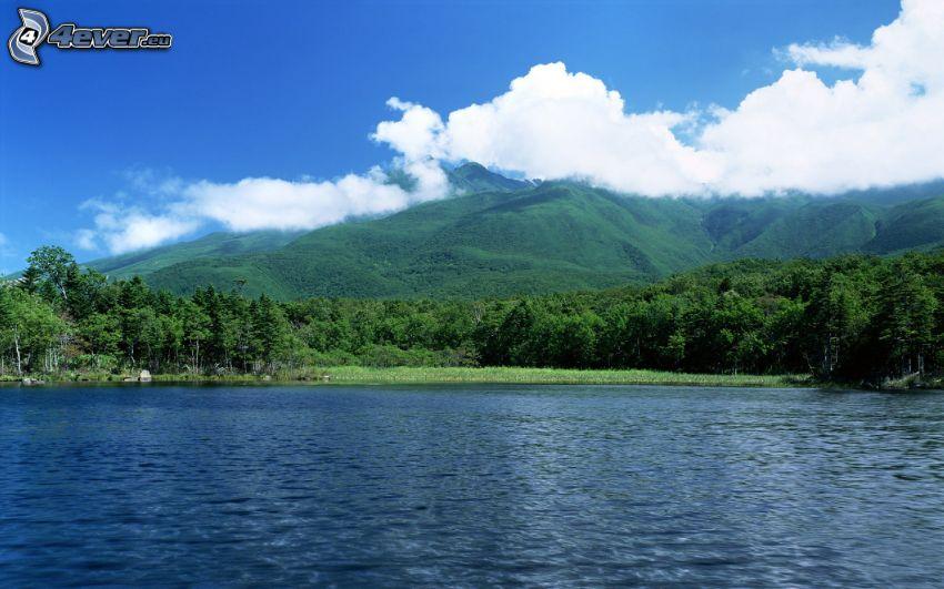 sjö i skogen, berg, moln