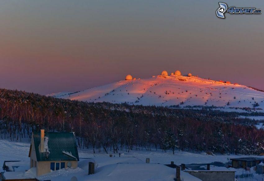 snöig backe, observatorium, hus
