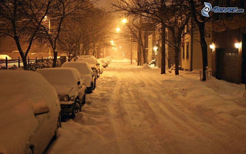 snöig gata, gatlyktor