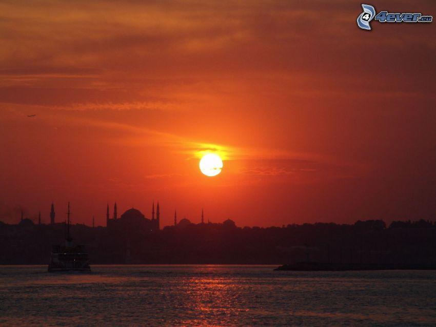 solnedgång över hav, röd himmel, Istanbul