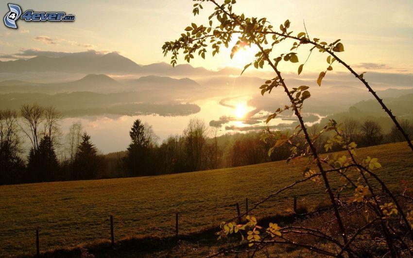 solnedgång över kulle, bergskedja, flod, spegling, äng