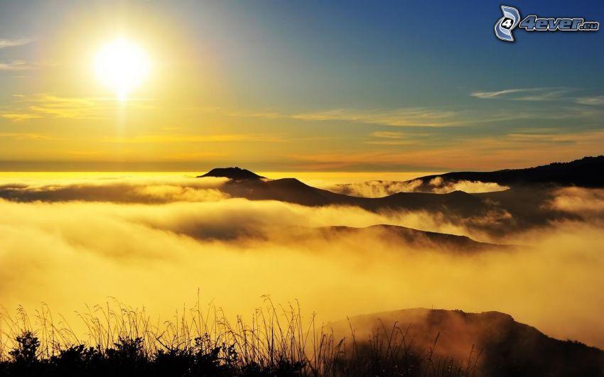 solnedgång över molnen, inversion, kullar