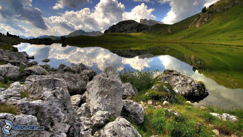 tjärn, kullar, klippor, moln