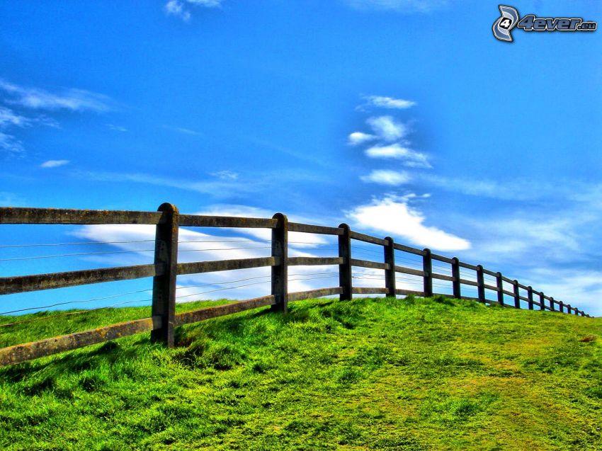 trästaket, grön äng, åker, himmel