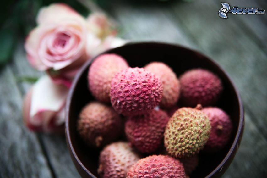 litchiplommon, skål, rosa rosor
