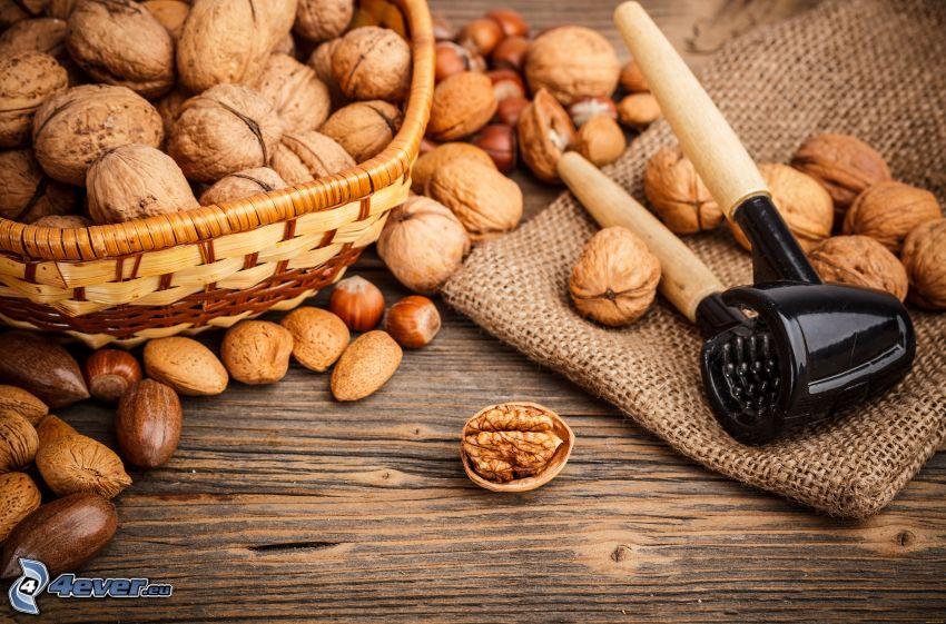 valnötter, mandlar, korg
