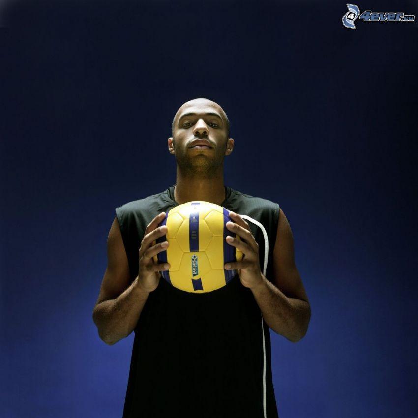 Thierry Henry, fotbollsspelare med boll