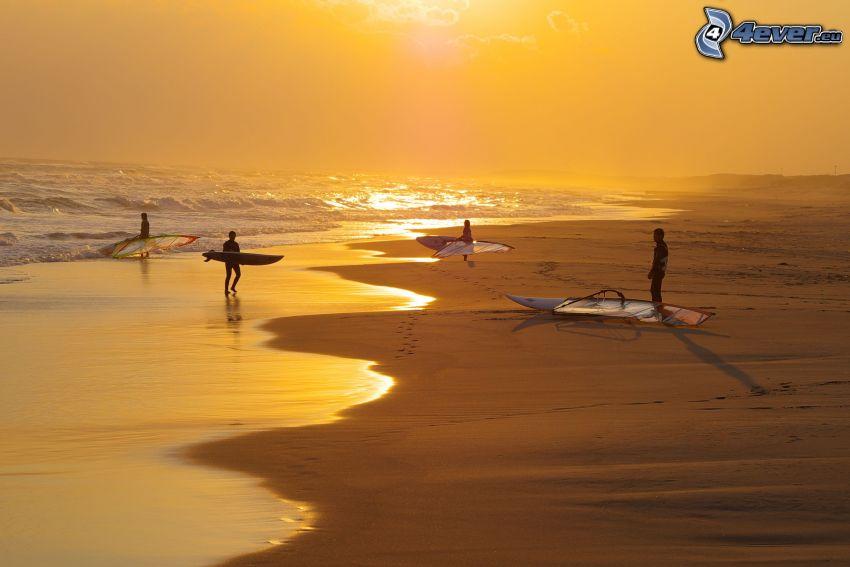 surfare, sandstrand, solnedgång över strand