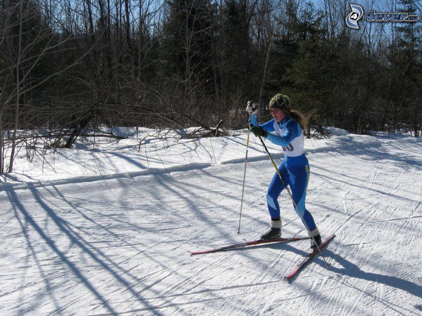 kvinna på längdskidor