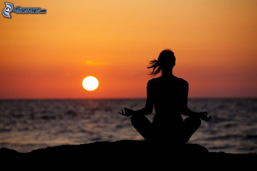 yoga, meditation, benen i kors, solnedgång över hav