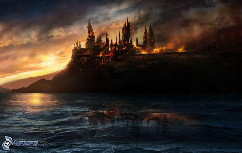 Hogwarts, brinnande slott, mörkt hav