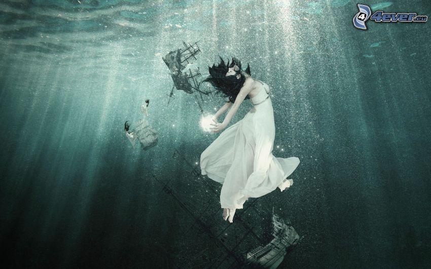 kvinna i havet, fartyg, solstrålar