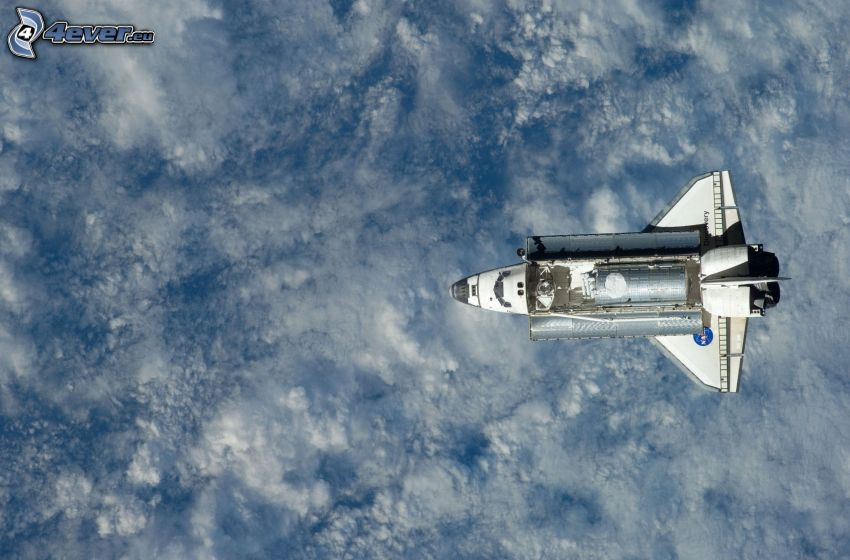 rymdfärjan Discovery, ovanför molnen
