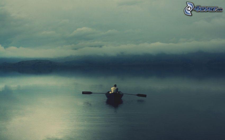 båt på havet, moln, dimma