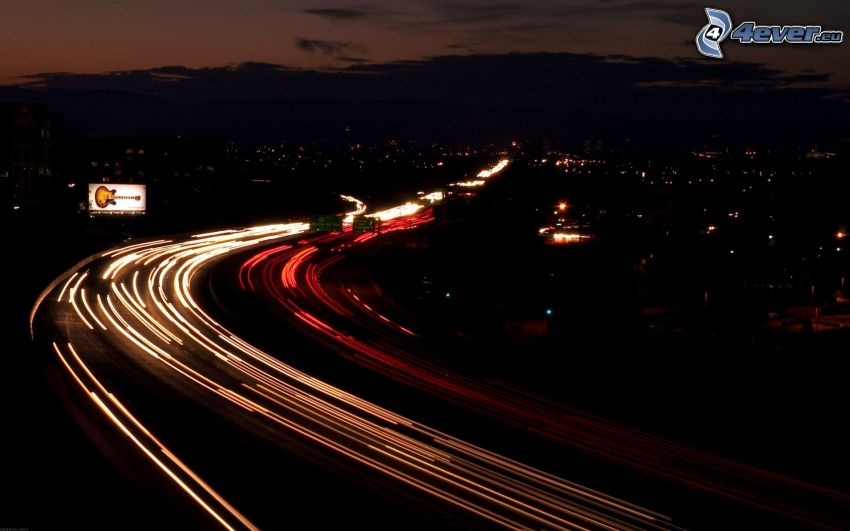motorväg på natten, nattstad