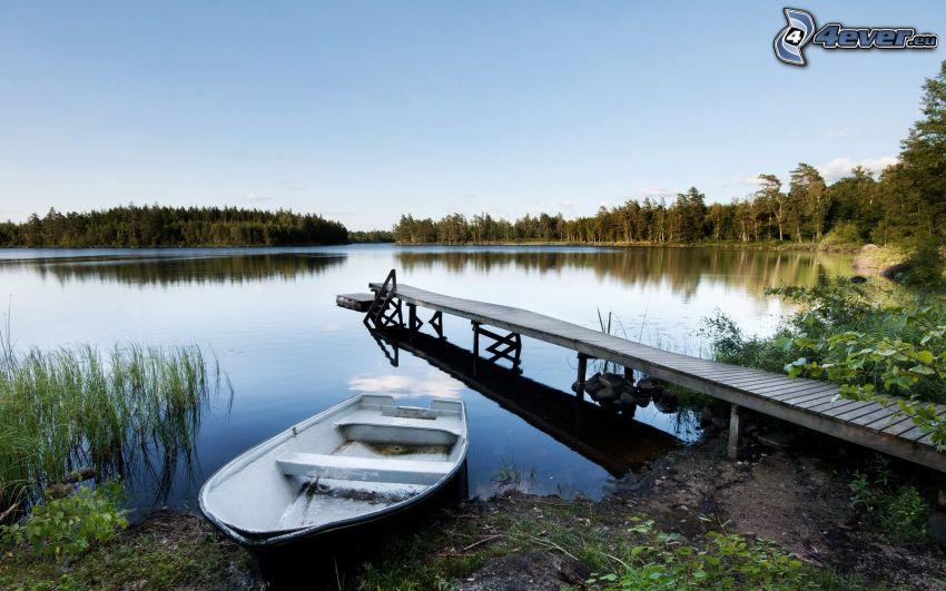 sjö, träbrygga, båt vid strand